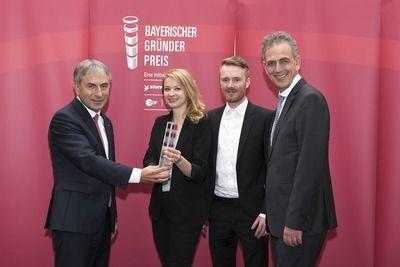 Vizepräsident Roland Schmautz (links) und Präsident Dr. Ulrich Netzer (rechts) überreichen den Preis in der Kategorie Konzept an die Gründer Lisbeth Fischbacher und Daniel Hoheneder.