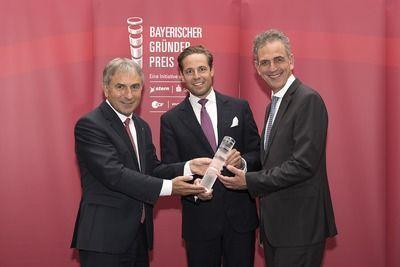Fabian Riedel (mitte) erhält den Preis in der Kategorie Startup.