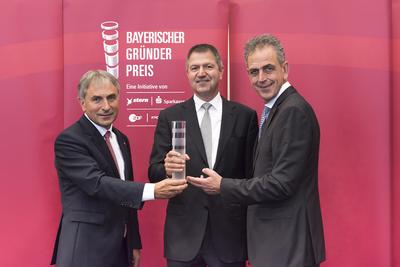 Claus Girnghuber (Mitte) nimmt stellvertretend für seinen Vater Ludwig den Preis in der Kategorie Lebenswerk entgegen.