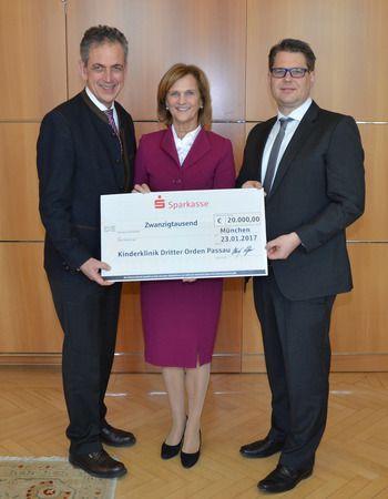 Dr. Ulrich Netzer, Präsident des Sparkassenverbands Bayern (links) übergibt einen Scheck über 20.000 Euro an die Schirmherrin des Projekts, Karin Seehofer und Prof. Dr. med. Matthias Keller, den ärztlichen Leiter der Kinderklinik (rechts).