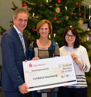 Dr. Ulrich Netzer übergibt den Scheck über 20.000 Euro an die Schirmherrin Karin Seehofer und die Leiterin von Lichtblick Johanna Hofmeir