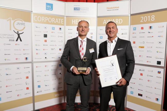 Nahmen stolz den Award für den Sparkassenverband Bayern entgegen: Dr. Mark Reinisch, Geschäftsbereichsleiter Personal, Infrastruktur & Rechnungswesen und der SVB-Gesundheitsmanager Armin Schmidl