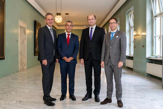 Dr. Ulrich Netzer (Sparkassenverband Bayern), Dr. Michael Diederich (Bayerischer Bankenverband), Albert Füracker (Bayerischer Finanzminister) und Dr. Jürgen Gros (Genossenschaftsverband Bayern)